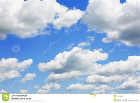 imagenes de nuves blancas cielo azul y nubes hinchadas fotos de archivo imagen