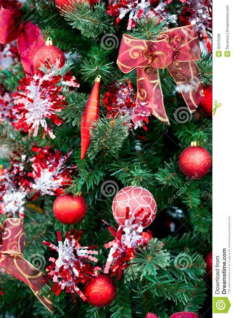 decoraciones rojas de las bolas de la navidad en el 225 rbol