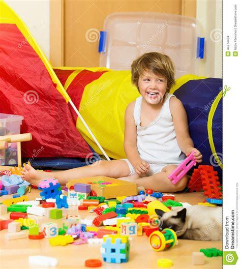speelgoed kind 4 jaar gelukkige 4 jaar kind het spelen met speelgoed stock foto