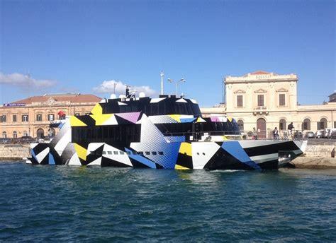 porto di siracusa opera d arte no uno yatch al porto di siracusa foto
