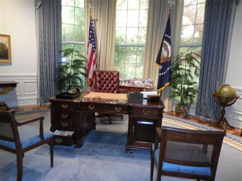 Replica Of The Oval Office Picture Of George Bush Oval Office Desk Replica
