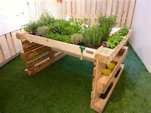 un jardin avec des palettes de bois c est 231 a