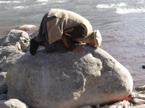 koleksi gambar foto orang orang yang sedang menunaikan sholat di berbagai tempat dan kondisi