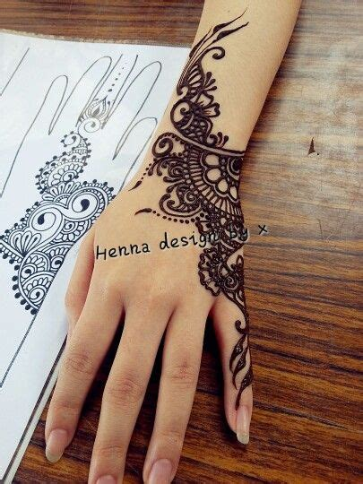 henna tattoo on right hand henna that focuses on one side of the ink