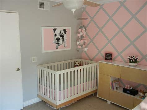 Exceptionnel Amenagement Chambre Bebe Petit Espace #4: Chambre-bebe-fille-deco-murale-rose-gris-lit-bois.jpg