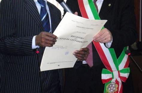 quali documenti servono per carta di soggiorno cittadinanza come funziona il giuramento per diventare