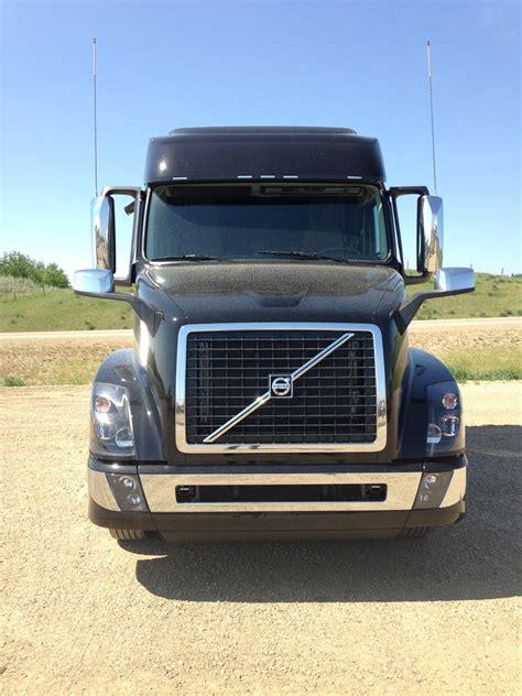 volvo black vnl  gn  truck stop service