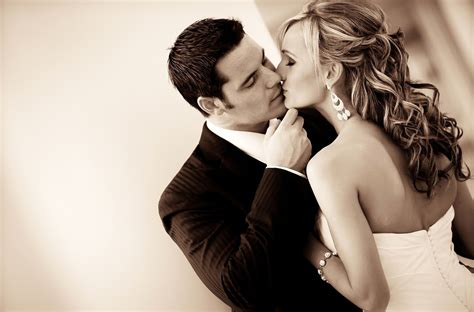 themes love and kiss lovely wallpapers romantic kissing wallpaper