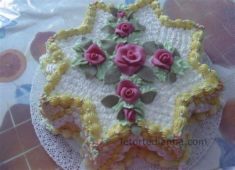 torte di compleanno con fiori torta di compleanno decorata con panna vegetale e fiori in