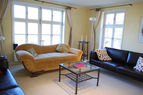 Wohnzimmer 24 Qm by Drei Sofas Im Wohnzimmer Bieten Viel Platz Zum Ausruhen