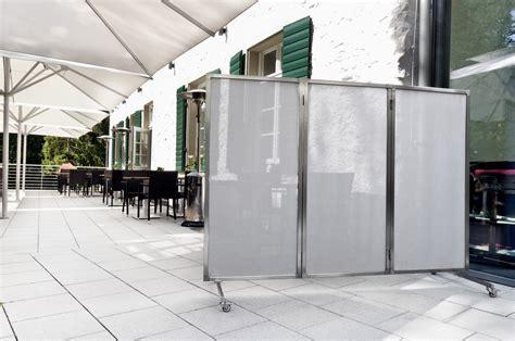 sichtschutz garten verschiebbar mobiler windschutz im gartenrestaurant mit paravents