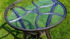 Table Ronde Plateau Verre #1: 11397c-table-ronde-de-style-industriel-en-fer-forge-avec-plateau-verre-o-62-cm.jpg