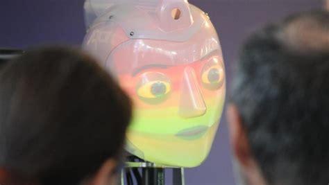 filmzitate i robot cebit attraktion roboter singen und malen n tv de