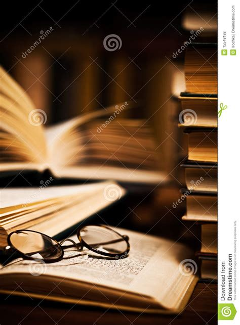 imagenes libres libros vidrios en los libros abiertos fotos de archivo libres de