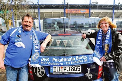 Schalke 04 Aufkleber F Rs Auto by Zwei Fu 223 Ball Herzen In Einer Familie Schlagen F 252 R Msv