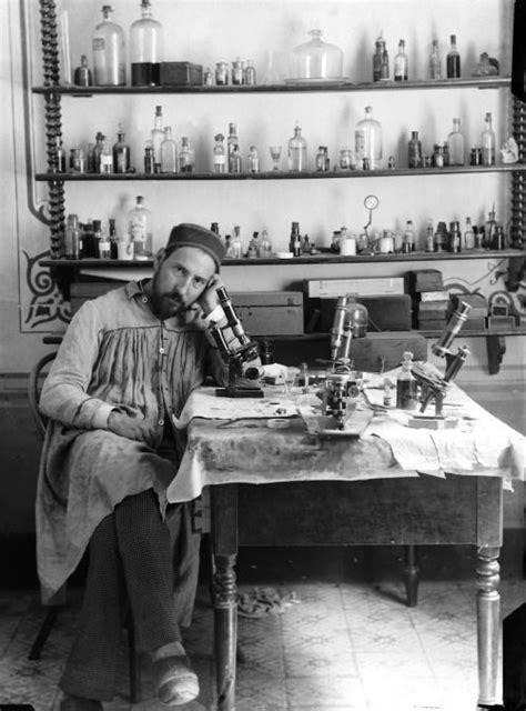 Santiago Ramón y Cajal en su laboratorio. Valencia. 1885