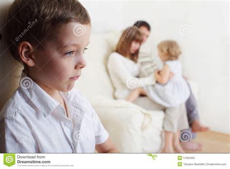 ab wann kindersitzerhöhung eifersucht der kinder stockbild bild frustration