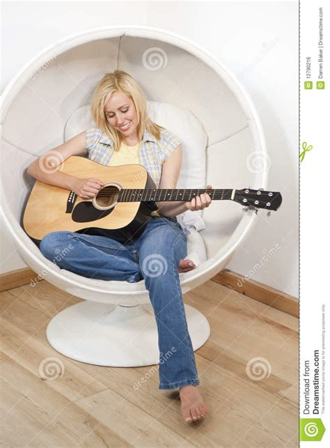 stuhl zum gitarre spielen recht junge frau die gitarre im luftblasen stuhl spielt