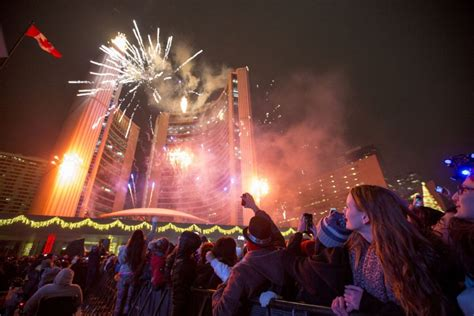 toronto new years fireworks happy new year toronto thousands greet 2016 at nathan phillips square toronto