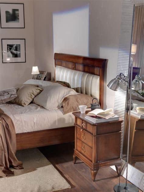 holzbett mit gepolstertem kopfteil holzbett mit gepolstertem kopfteil f 252 r hotelzimmer idfdesign