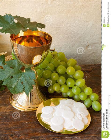 imagenes de uvas y pan pan y vino de la comuni 243 n foto de archivo imagen de uvas