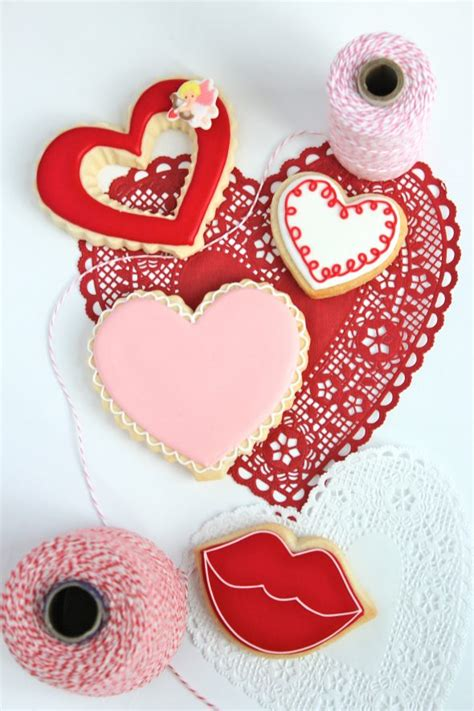 valentines decorated cookies outlining and filling cookies with royal icing