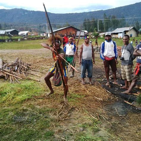 Busur Dan Panah ketika suku damal di papua bergaya dengan busur dan panahnya