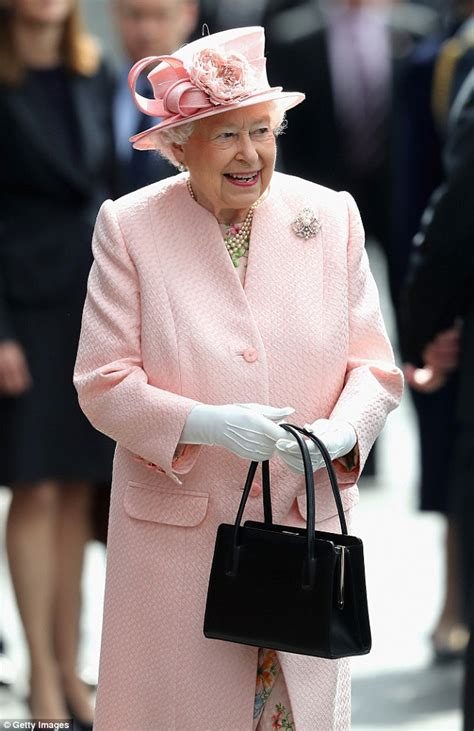 queens purse queen uses her handbag to send secret signals to her staff