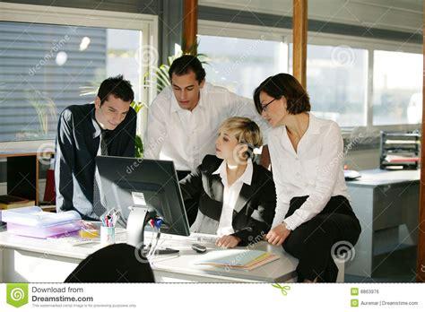 bureau femme hommes et femmes au bureau avec l ordinateur image libre