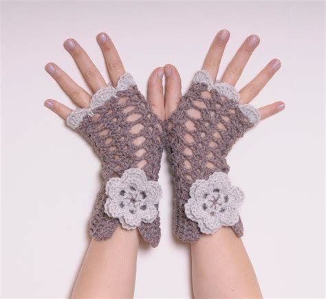 fiore uncinetto facile guanti senza dita uncinetto con fiore lavorazione a rete
