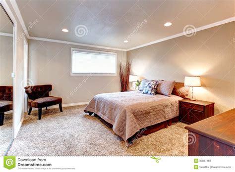 schlafzimmer mit weißen möbeln grau weiss wohnzimmerwand