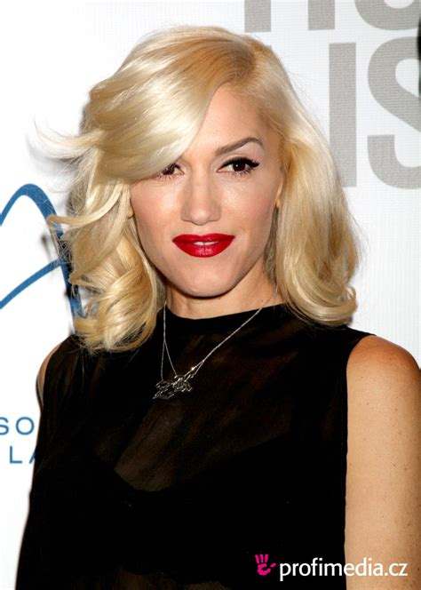 gwen stefani hairstyle medium blonde curly hairstyle with bangs gwen stefani hairstyle easyhairstyler