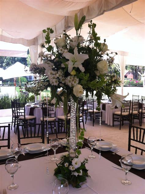 floreros altos centro de mesa con flores blancas y florero alto en quinta