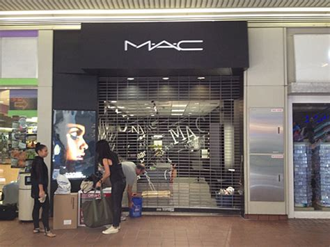 Mac Corporate Office by Exclusive New Mac Store Opening At The Gallery