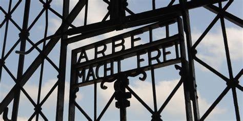 scritta ingresso auschwitz oltraggio e profanazione della shoah a dachau germania
