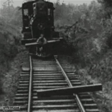 Buster keaton vlearing tracks the general best funny gifs updated daily