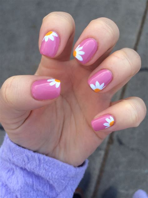 daisy pattern nails daisy nails with pink nails pinterest daisy nails