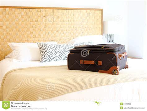 una valigia sul letto valigia sul letto dentro una di albergo fotografia