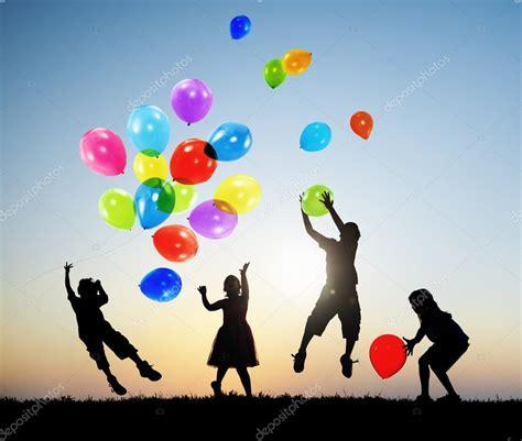 imagenes de niños jugando con globos ni 241 os jugando globos juntos foto de stock 169 rawpixel
