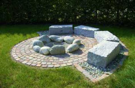 feuerstelle aus granitsteinen carpe garden sitzplatz mit feuerstelle