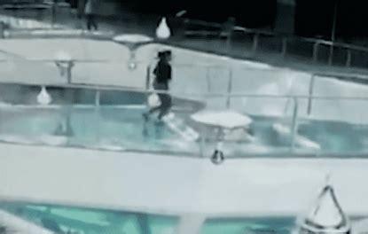 gabbia squali enorme incoscienza di una donna corre sulla gabbia degli