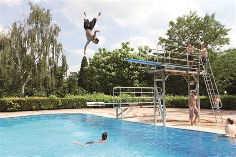 schwimmbad mit sprungbrett 220 ber freib 228 der und sprungt 252 rme p stadtkultur darmstadtp