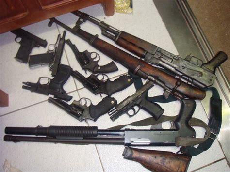 homens exibem armamento pesado em fotos nas redes sociais