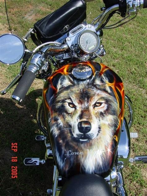 harley wolf for two awesome wolf tank paint job cars and bikes pinterest