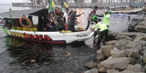 Patung Koki Tempat Bumbu Mrica hilang kendali kapal motor tabrak patung ikan jelawat di sit merdeka