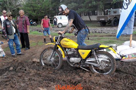 Helm Replika M50 Geng Tril Tua Retro Vintage Moto Cross Blue aksi geng tril tua di dirt bike race bali naik motor jurnal pengendara motor
