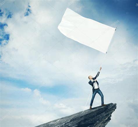 imagenes de banderas blancas hombre con bandera blanca que est 225 parado sobre una roca