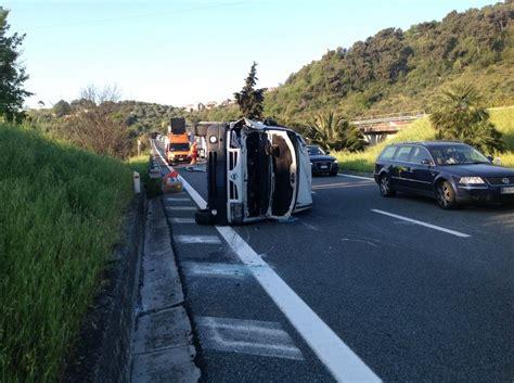 incidente autostrada dei fiori si ribalta alle 7 con un furgone sull autostrada dei fiori