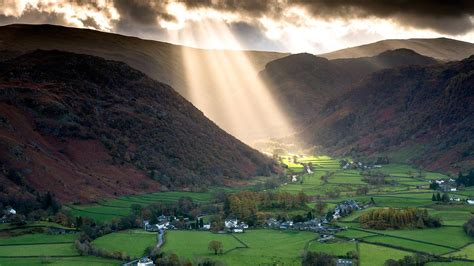 the valley of light shafts of light work their way across the borrowdale