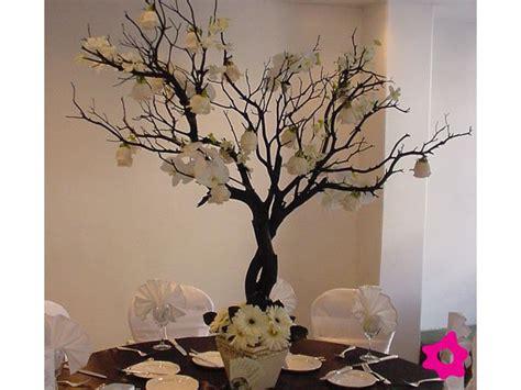 como decorar un portaretrato con ramas 5 centro de mesa para boda con ramas y flores blancas